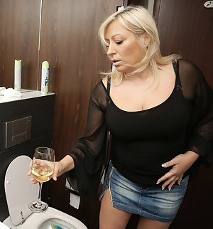Free Mature Toilet Porn Pictures